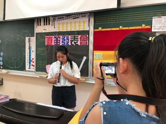 學生輪流上台吹奏並由下一位同學幫忙錄影-3