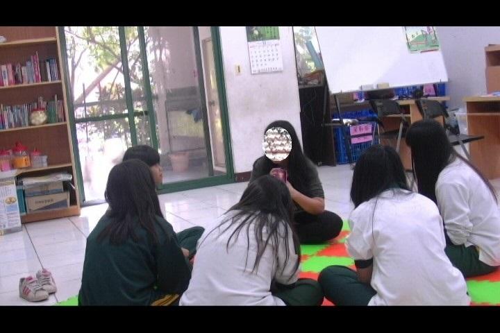 學生在團體中分享生活經驗。